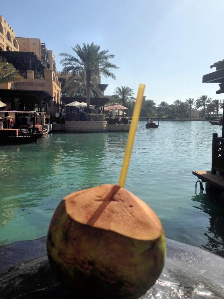 Alkohol w Dubaju? Sprawdź, co trzeba wiedzieć przed wycieczką do Dubaju. Rozwiewamy najczęstsze wątpliwości turystów.