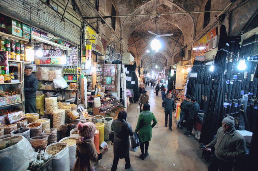 Sziraz to miasto wina i poezji. Co odwiedzić w Sziraz? Różowy Meczet Nasir-al-Molk to nie jedyna atrakcja tego miasta.