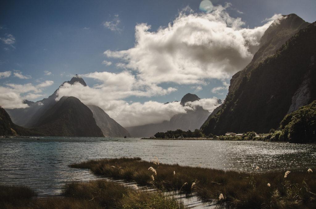Park Narodowy Fiordland to przede wszystkim magiczna Zatoka Milforda. Co jeszcze warto zobaczyć w tym miejscu?